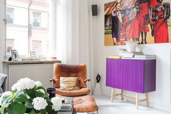 Bold Print On The Wall Adds Color To The Home Lounge Corner Design