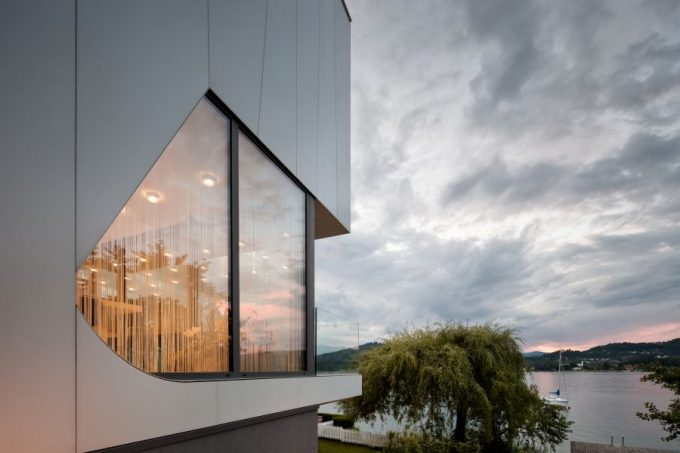 Design Allows Ample Lake Views With Large Glass Windows Facing The Lake
