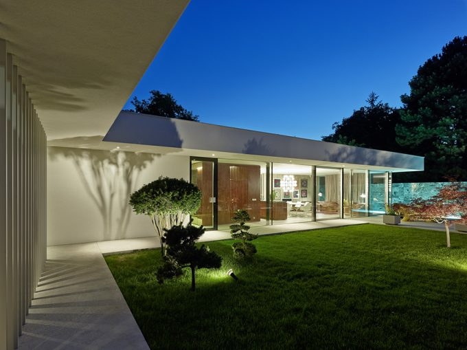 Green Courtyard With The Modern Outdoor Lighting Decor