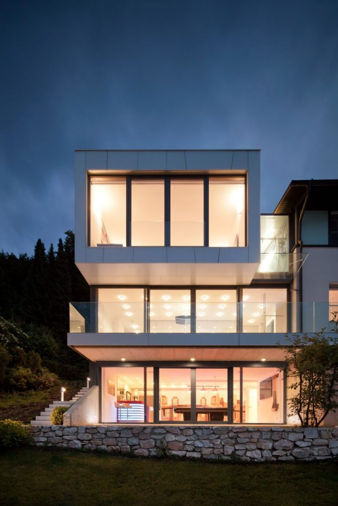 Large Glass Windows Used To Offer Lake Views Modern Exterior House Design