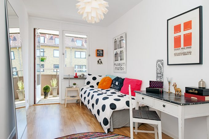 Teen Room Doots And Small Desk With Open Space Design