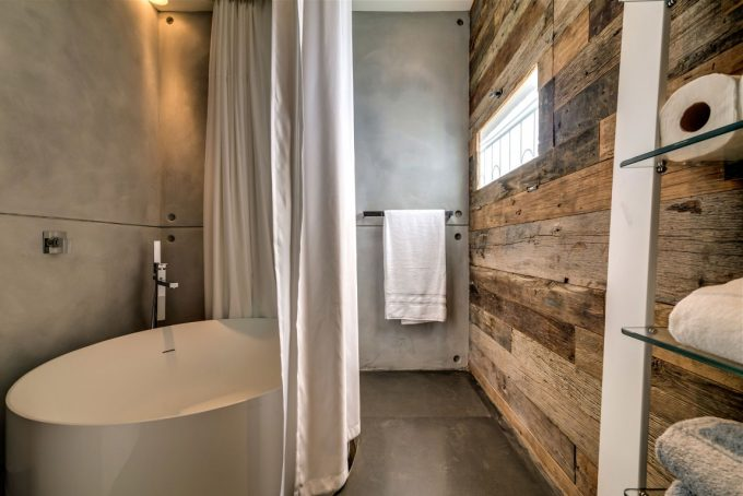 Tub And Earthy Colours Of Wooden Wall And Concrete Wall In Modern Bathroom Decor