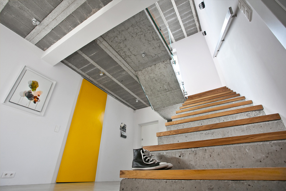 Bathroom Concrete Stair With Wooden Steps Design