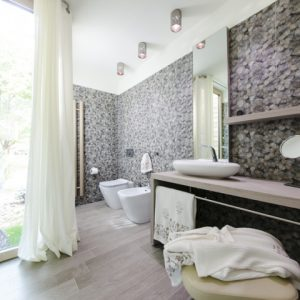 Natural Bathroom Design With Stone Wallpaper Decor