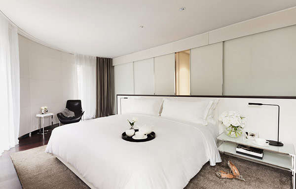gorgeous contemporary hotel in the heart of london hotel me london white comfort bedroom decor - White Hotel Ideas