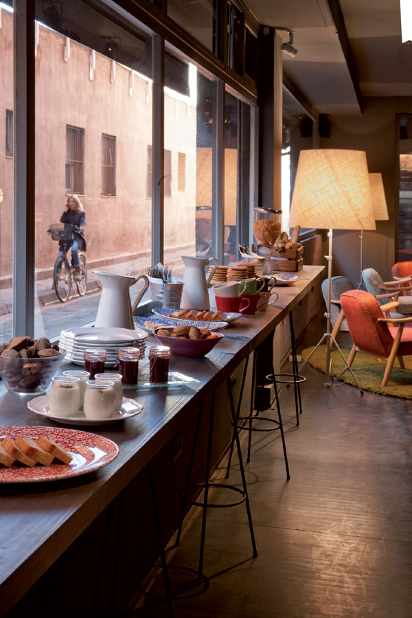 Chic And Basic Hotel Restaurant With Street View Contemporary Dining Room
