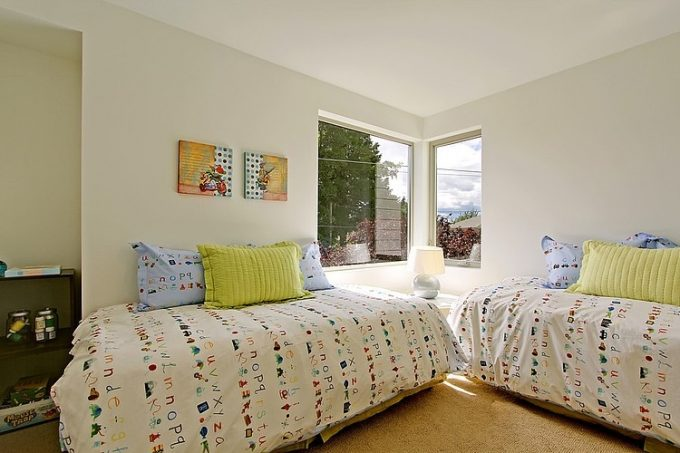 Comfy Teen's Bedroom Design With 2 Single Bed's With Cheerful Bedding