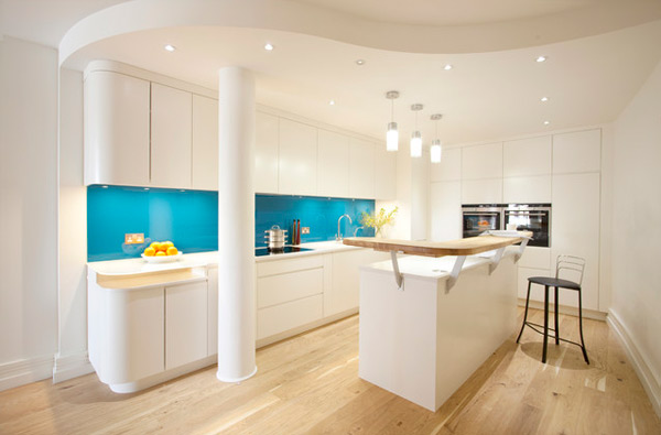 Stylish White Kitchen Design With Resessed Lighting And 3 Pendant Lamp Decor