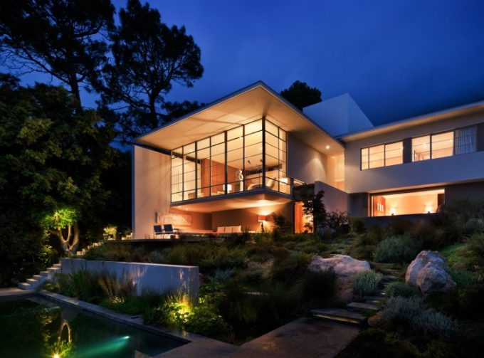 Modern House That Blend With The Environtment