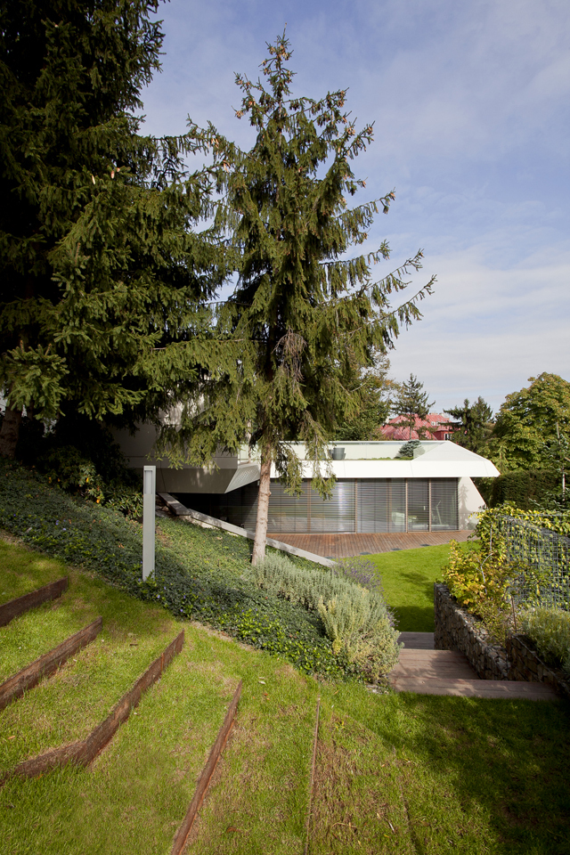 Beautiful Green Turf And Surroundings Home Spa For Sloping Lanscape