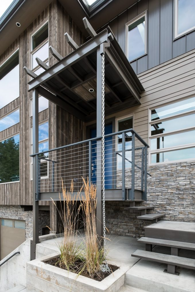 The Contemporary Enterence With Steel Structure And Natural Exterior Decor